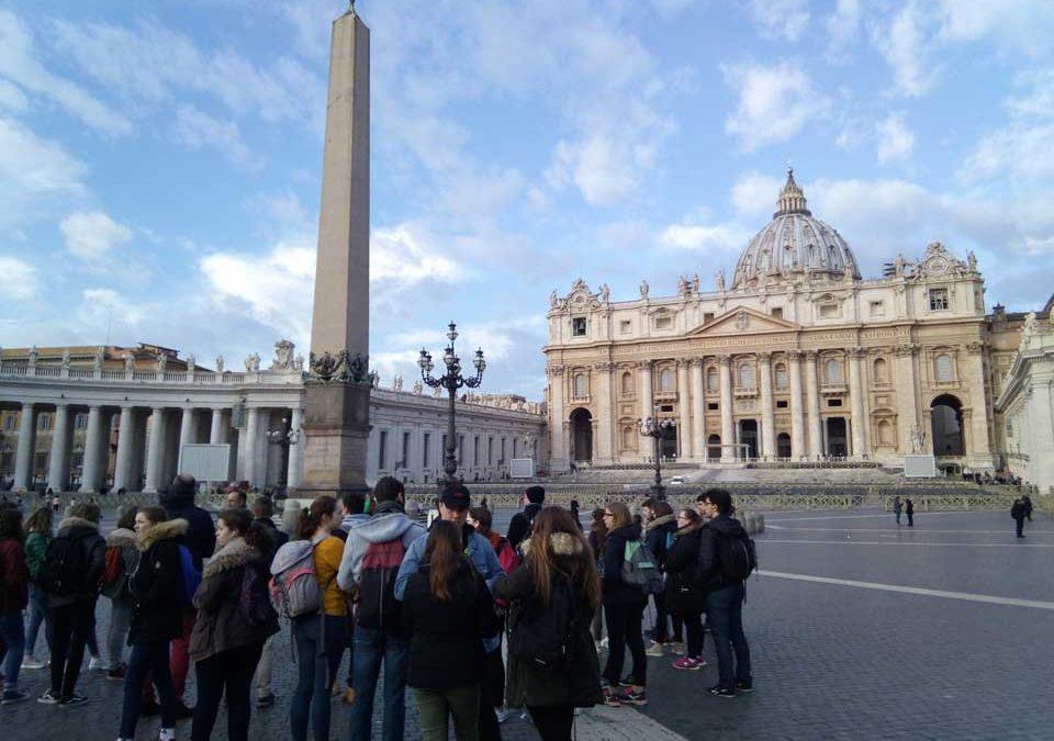 Les jeunes Place Saint Pierre du Vatican
